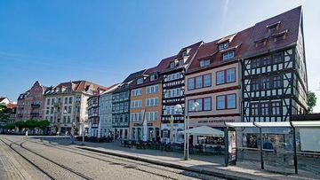 Domplatz Erfurt mit Schienen, Haltestelle und Häusern
