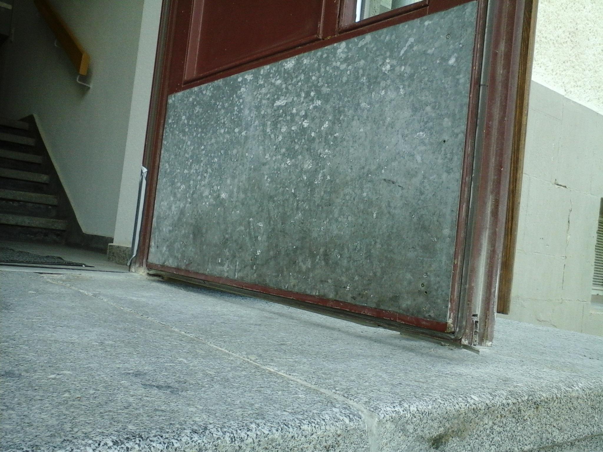 Zu sehen ist die untere Seite einer geöffneten Tür, deren Dichtung defekt ist.